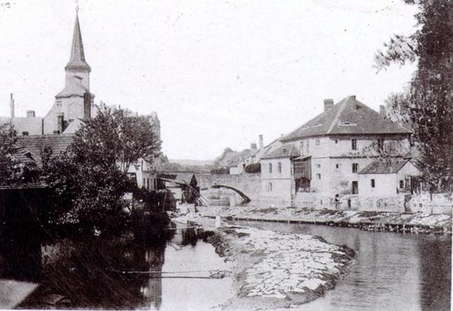 Bývalý kamenný most přes rameno Otavy. Dnes je zde parkoviště a voda teče potrubím