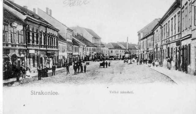 Velké náměstí před rokem 1903, kdy nestála ani spořitelna ani nová radnice